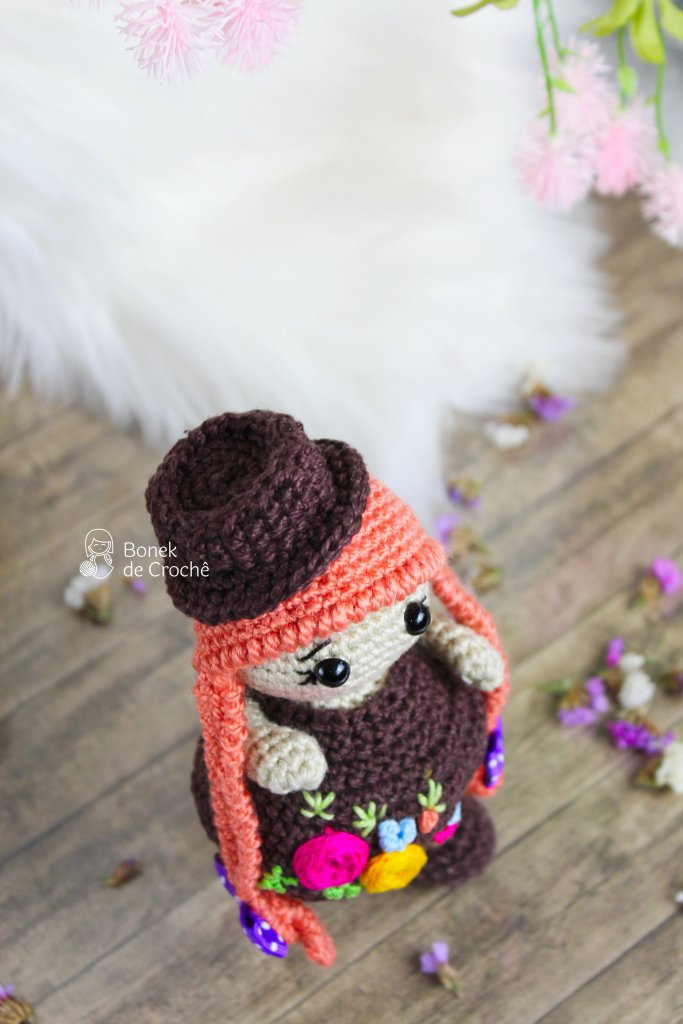 Annya is a beautiful little doll who lives in a house surrounded by flowers in the forest. She felt very alone and now she is looking for new friends, to live many adventures together.